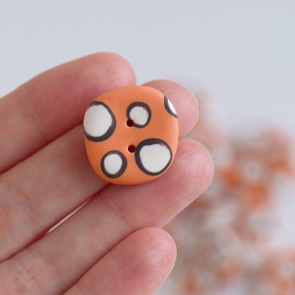 21 mm – 9 vnt. netaisyklingos apvalaino keturkampio formos oranžinės taškuotos sagos