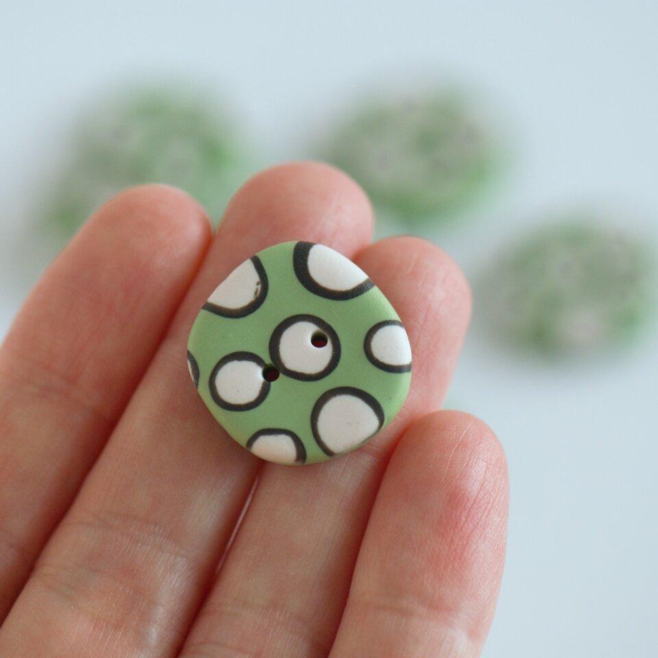 21 mm – 9 vnt. netaisyklingos apvalaino keturkampio formos žalios taškuotos sagos